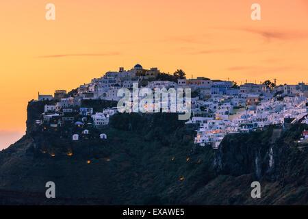 Imerovigli est un petit village entre Fira et Oia à Santorin, l'une des îles des Cyclades en mer Égée, Grèce. Banque D'Images