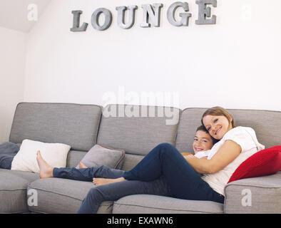 La mère et le fils de détente sur canapé Banque D'Images