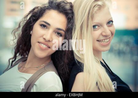 Blonde and brunette belle jeunes femmes élégantes dans la ville Banque D'Images