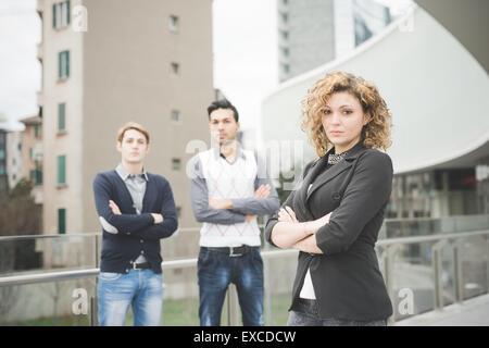 Les gens d'affaires de plein air travail multiraciale en ville connecté avec des dispositifs technologiques Banque D'Images