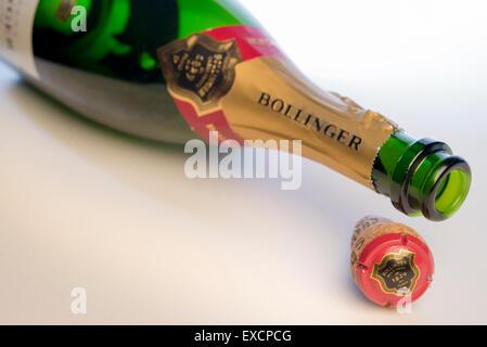Bouteille vide de champagne Bollinger portant sur le côté avec du liège et muslet en vue. Banque D'Images