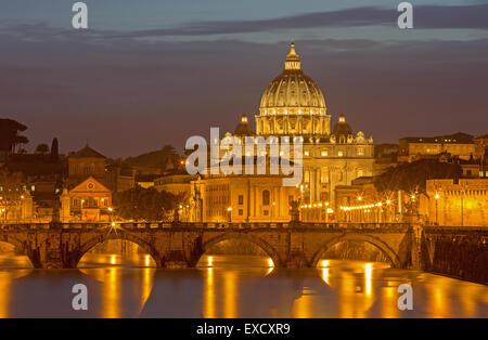 Rome - Anges et pont St Pierre basilique dans le crépuscule du soir Banque D'Images