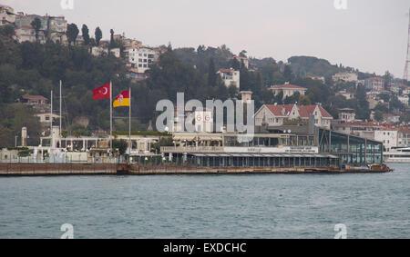 ISTANBUL, TURQUIE - 01 novembre, 2014: Îlot de Galatasaray sur le détroit du Bosphore. Island a été construit en Banque D'Images