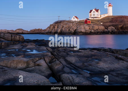 Cape Neddick Lighthouse le long des côtes rocheuses du Maine au crépuscule, York Beach, Maine Banque D'Images