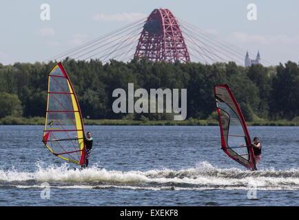 Moscou, Russie. 13 Juin, 2015. Les gens de la planche à voile sur la rivière Moskova avec Zhivopisny à haubans. Banque D'Images