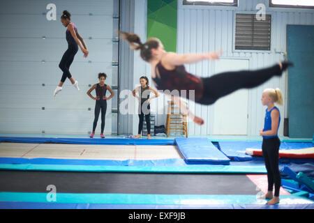 Jeunes gymnastes pratiquant se déplace Banque D'Images