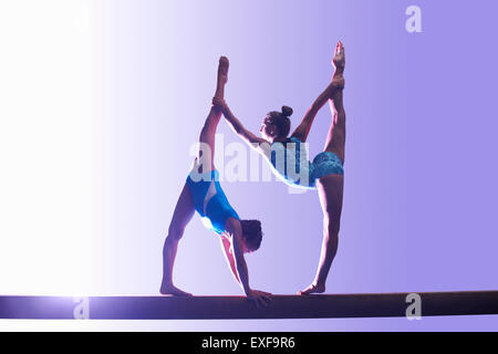 Deux jeunes gymnastes effectuant sur poutre Banque D'Images