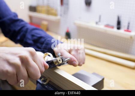 Close up of young female charpentiers bois rabotage main dans l'atelier vice Banque D'Images