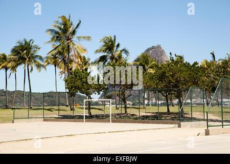 Le basket-ball et le soccer vide en cour avant du Pain de Sucre, Rio de Janeiro, Brésil Banque D'Images