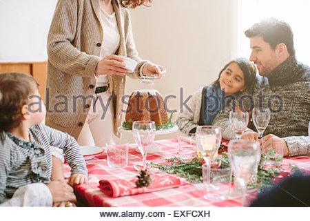 Femme desert au party de Noël de la famille Banque D'Images
