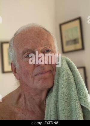 Man face avec serviette de séchage