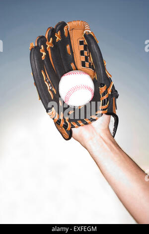 Close up of female hand holding ball portant un gant de baseball, Miami, Floride, USA Banque D'Images