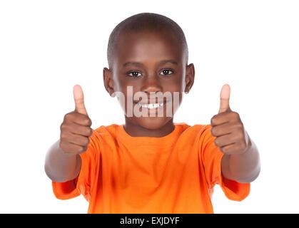 Cute african boy portant un tee-shirt orange. Le garçon est montrant un coup de pouce à l'appareil photo. Banque D'Images
