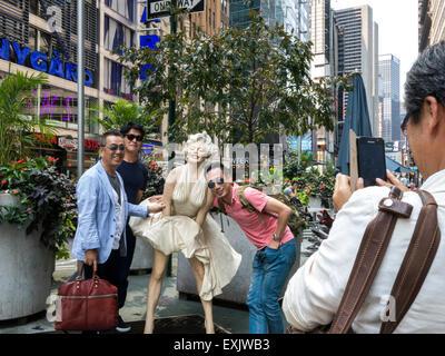 Les touristes à poser et prendre des photos , Marilyn Monroe sept ans démangent Statue, Seward Johnson la pièce, Banque D'Images