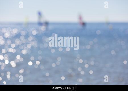 Seascape flou artistique avec des planches sur la surface de la mer. Paysage flou en arrière-plan utile Banque D'Images