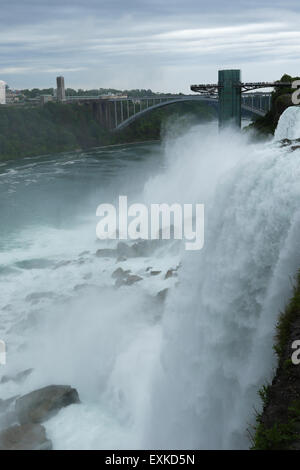 American Falls. Observation Deck et pont en arc-en-ciel en arrière-plan. Niagara Falls, New York, USA. Banque D'Images