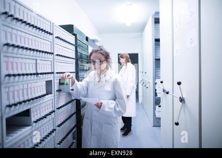 Les assistants de laboratoire dans l'échantillon de laboratoire clinique d'archive Banque D'Images