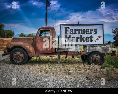 Inscrivez-vous pour un marché de fermiers sur le côté d'un camion rouillé Vintage