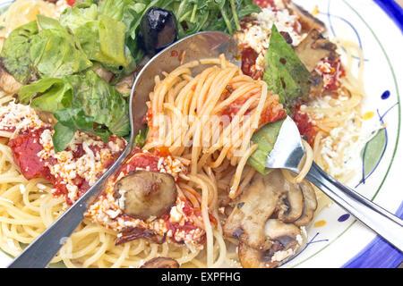 Spaghetti aux champignons et herbe verte sur fourche Banque D'Images