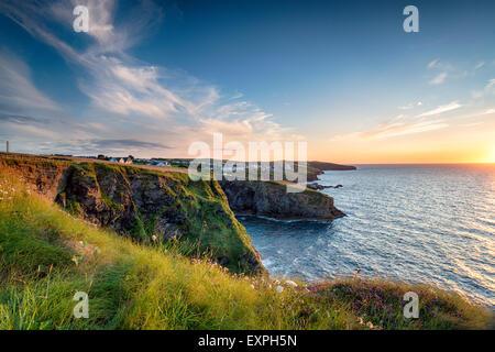 Coucher de soleil depuis les falaises de Port Gaverne, un petit village de pêcheurs juste en dehors de port Isaac, Banque D'Images