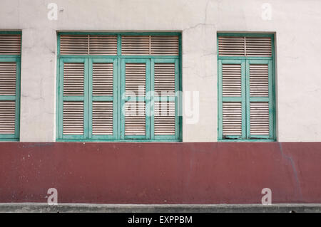 Vintage green fenêtre sur mur de Banque D'Images