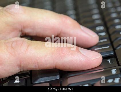 L'homme de la saisie sur un clavier d'ordinateur. Banque D'Images