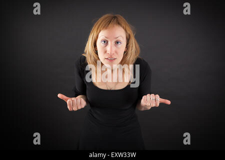 Belle femme faisant des expressions différentes dans différents ensembles de vêtements: angry Banque D'Images