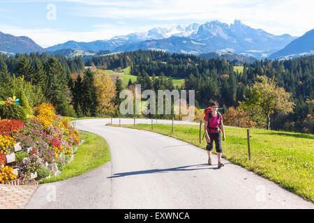 Femme randonnée dans Lammertal, Salzburger Land, Autriche, Europe Banque D'Images