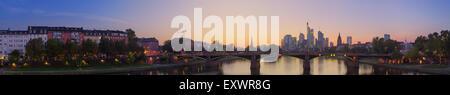 Toits de Frankfurt am Main, au crépuscule, en Hesse, Allemagne