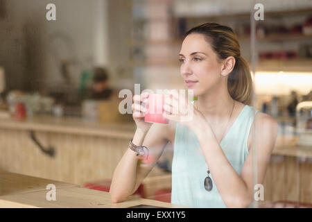 Woman holding Coffee cup in cafe Banque D'Images