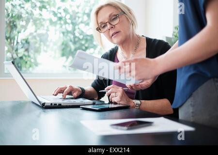 Les femmes travaillant dans office Banque D'Images
