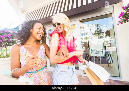 Amis féminins shopping Banque D'Images