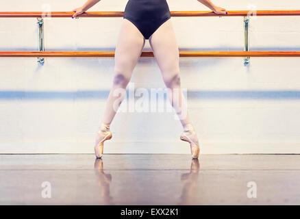 Jeune femme dansant dans un studio de danse Banque D'Images