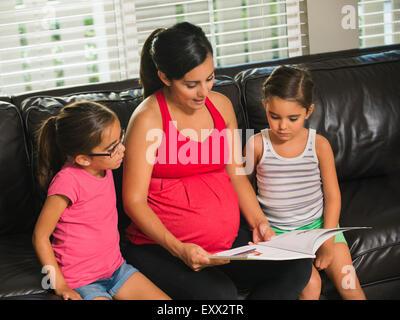 Mère lire aux enfants (6-7, 8-9) Banque D'Images