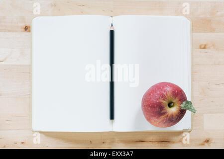 Vue de dessus de crayon et d'apple en ordinateur portable Banque D'Images