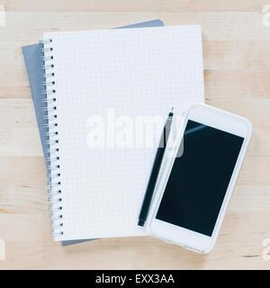 Vue aérienne de pen et smart phone sur le portable Banque D'Images