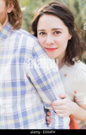 Jeune femme souriante à côté de petit ami Banque D'Images