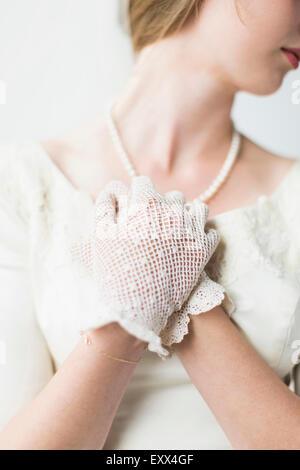 Section intermédiaire de mariée le port de gant officiel Banque D'Images