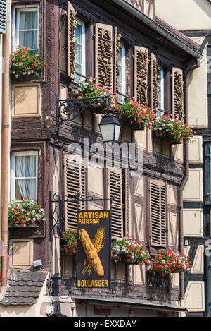 Boutique à colombages avec des volets aux fenêtres, typique de la vieille ville de Colmar, Alsace, France, Europe Banque D'Images