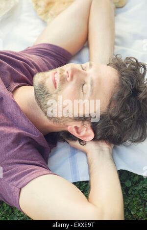 La sieste à l'extérieur de l'homme Banque D'Images