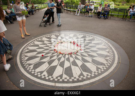 NEW YORK - Mai 25, 2015 : Les gens se rassemblent à Strawberry Fields à Central Park, New York City. Strawberry Banque D'Images