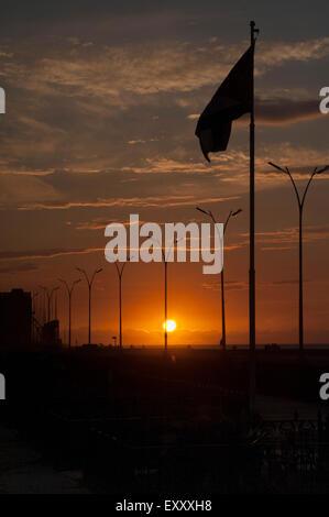 Silhouette sunset en face de l'ambassade des États-Unis le long du Malecon de La Havane, Cuba Banque D'Images