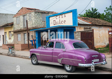 Un vintage purple Chevrolet s'assoit sur le trottoir dans les rues de Trinidad, Cuba Banque D'Images