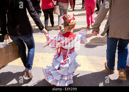Jeune fille en robe traditionnel de Séville à Séville, centre de Séville, Andalousie, Espagne, Europe. Au cours Banque D'Images