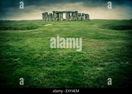 Pelouse menant à Stonehenge sur un jour gris nuageux Banque D'Images