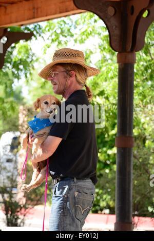 L'homme et le chien gare à Albuquerque, Nouveau Mexique - USA Banque D'Images