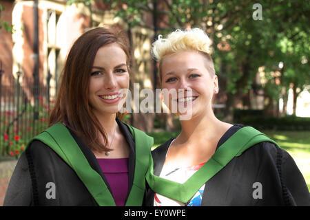 Deux femmes portant des robes d'étudiants diplômés pour leur cérémonie de fin de journée à l'Université de Leeds Banque D'Images