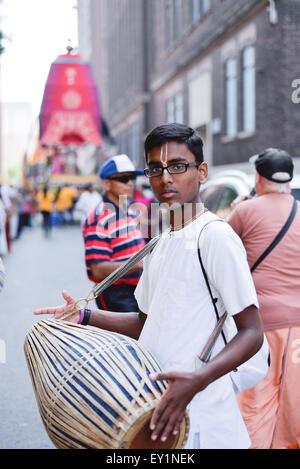 Toronto, Canada. 18 juillet, 2015. Les dévots à l'tablaa le jour de 43e festival annuel de l'Inde. Credit: NISARGMEDIA/Alamy Live News