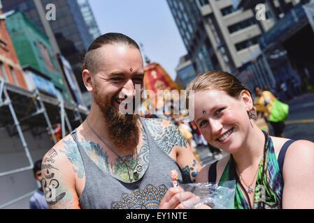 Toronto, Canada. 18 juillet, 2015. Les dévots ont posé pour l'appareil photo pendant la rath tirant dans le centre-ville de Toronto. Credit: NISARGMEDIA/Alamy Live News