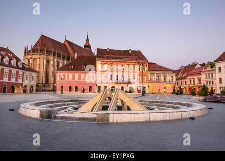 Brasov, Roumanie. Image de la tombée de la place principale de la cité médiévale de Transylvanie, avec l'Église Banque D'Images